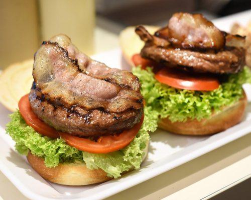 preparing-a-hamburger-in-a-restaurant-PUR2CS3